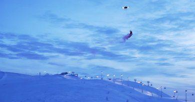 Кейси Нейстат летает на дроне