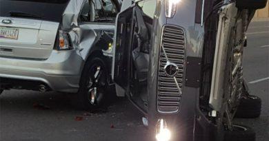 Тест робомобилей Uber остановили из-за аварии