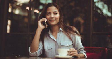 Разговор по телефону | Фото: popsugar-assets