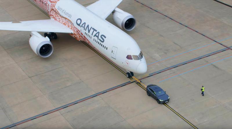 Tesla буксирует самолет | Фото: YouTube