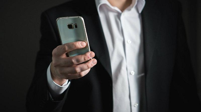 Держим смартфон | Фото: vladtime.ru