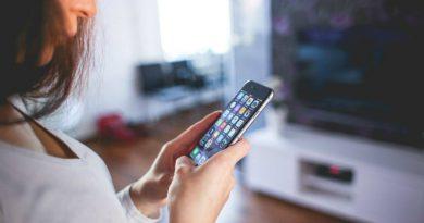Девушка со смартфоном | Фото: Playtech