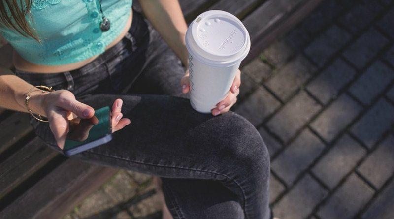 Девушка со смартфоном | Фото: 3dnews.ru