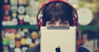 Слушает аудикнигу | Фото: lifehacker