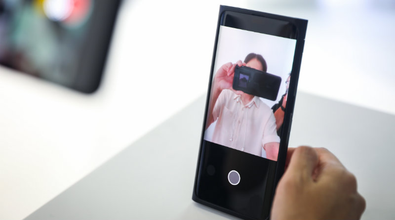 OPPO с камерой в экране
