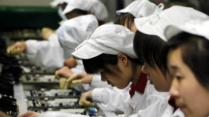 Рабочие на заводе Foxconn   Фото: qz.com