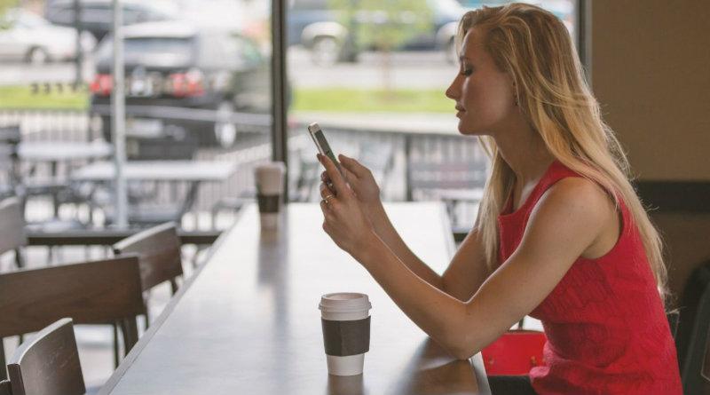 Девушка с телефоном | Фото: riafan.ru