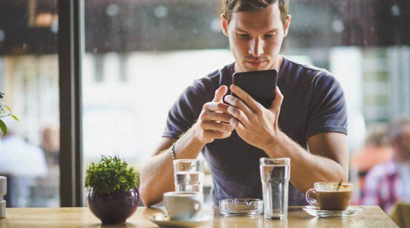 Человек со смартфоном | Фото: depositphotos