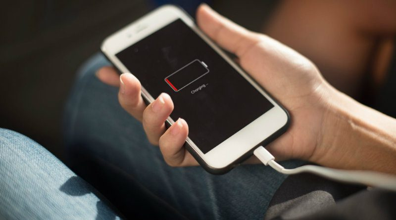 Зарядка iPhone | Фото: seniorlivingmag